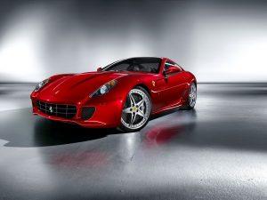 Červené poistené auto, ktoré vyzerá luxusne